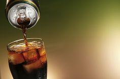 As gigantes de bebidas Coca-Cola Brasil, Ambev e PepsiCo Brasil anunciaram nesta quarta-feira (22), em comunicado conjunto, um acordo para mudar a política de venda de refrigerantes em escolas.  Segundo as empresas, a partir de agosto, as fabricantes deixarão de vender refrigerantes diretamente às