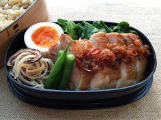 地鶏塩焼き葱ソース、三度豆中華浸、椎茸ビーフン、煮抜(薄口)、茹青梗菜(塩、胡麻油)、玄米ご飯320g