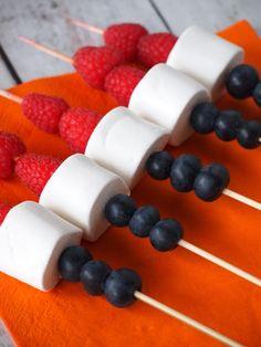 Rood wit blauwe spiesjes met heerlijk fruit en marshmallows doen het zowel heel goed op koningsdag als op 5 mei! Baking With Kids, National Holidays, Skewers, High Tea, Kids Meals, Tapas, Food To Make, Catering, Good Food