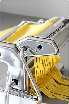 Long pasta, farfalle, ravioli and gnocchi will have no secrets for you! Recipes step by step with FAQ and advice. Spaghetti Recipes, Pasta Recipes, Pasta Restaurants, Homemade Ravioli, Pasta Machine, Homemade Baby Foods, Fresh Pasta, French Food, Polenta