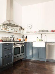 Brooklyn Appartement by Elizabeth Roberts - Les Dernières Pluies Buy Kitchen, Wooden Kitchen, Kitchen Dining, Dining Rooms, Loft Kitchen, White Counters, Kitchen Layout, Kitchen Ideas, Kitchen Inspiration