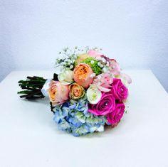 Ramo de novia con distintas variedades de rosa y hortensias. #weddingbouquet #bouquet #eventplanner #weddingplanner #rosas #roses #hidrangeas #hortensias #ramodenovia #organizaciondebodas #organizaciondeeventos #flores #floristeria #floristeriavillaverde