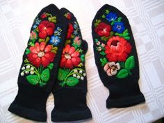 embroidery on knitted mittens with Swedish embroidery: some black and white pattern can be found on this site (Use felted sweaters for mitten pieces and embroider before sewing up) Russian Embroidery, Swedish Embroidery, Wool Embroidery, Ribbon Embroidery, Embroidery Designs, Scandinavian Embroidery, Knit Mittens, Fingerless Mittens, Hand Warmers