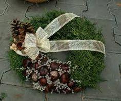 Výsledok vyhľadávania obrázkov pre dopyt venčeky na hroby Christmas Pine Cones, Christmas Wreaths, Christmas Crafts, Christmas Decorations, Funeral Flower Arrangements, Funeral Flowers, Floral Arrangements, Square Wreath, Grave Decorations