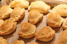 Soczewiaki z fetą...Ciasto drożdżowe: 4 dag świeżych drożdży 1 i 3/4 szkl mąki pszennej 1 szkl mąki krupczatki 1/3 szkl letniej wody 1/3 szkl oleju szczypta soli 1 łyżeczka cukru  Farsz: 1 szkl soczewicy 1 łyżeczka naturalnej wegety 1,5 szkl wody 1/2 szkl fety 2 średnie lub większe cebule 1 łyżka oleju szczypta soli szczypta pieprzu  Dodatkowo do farszu: 1 większy batat 2 łyżeczki oliwy lub oleju rzepakowego pół łyżeczki drobno posiekanych listków świeżego rozmarynu szczypta soli morskiej
