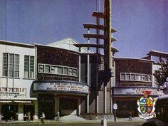 TURISMO EN CIUDAD JUÁREZ Te platica sobre el Cine Plaza, es una sala cinematográfica aristocrática, inaugurada en 1947, tiene dos elegantes escaleras que conducen a una galería y un palco. Su interior muestra varios murales. Actualmente funciona como tienda de ropa.  www.turismoenchihuahua.com