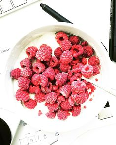 When you know it is going to be a late dinner and you are still at work, this is my go to pre dinner snack … Quark with raspberries, so simple but so good and it definitely gets you through the next hours. - - #endometriosis #fodmapdiet #endodiet #whatieat #fodmapfriendly #bonappetit #fuckendo #f52grams #food52 #myopenkitchen #foodlover #lowcarb #postholidaydiet #longday #quark #raspberries #protein #snack #restday #agencylife