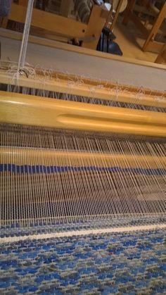 <p>Töissä istun aina tietokoneen vieressä, joten vastapainoksi kaipaan jotain tekemistä käsilleni. Aloitin blogituksen samalla, kun päätin aloittaa uudelleen räsymattojen kutomisen</p> <p></p> Weaving, Tear, Farmhouse Rugs, Loom Weaving, Crocheting, Knitting, Hand Spinning, Soil Texture, Stricken