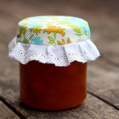 A step by step tutorial to make pretty fabric jam jar covers - the perfect handmade gift.