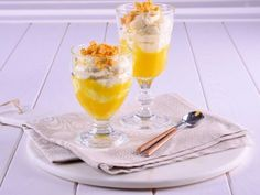 Mousse de chocolate blanco y mango  -  canalcocina.es Dessert Recipes, Desserts, Sweet Recipes, Panna Cotta, Alcoholic Drinks, Pudding, Tableware, Ethnic Recipes, Leo