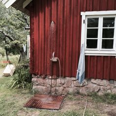 Little Miss Fix It - inredning och design Swedish Cottage, Red Cottage, Swedish House, Outside Living, Outdoor Living, Beddinge, Summer Cabins, Outdoor Baths, Summer Dream