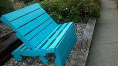 Blauw geschilderde tuinbank van oude pallets en recycling hout.