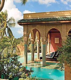 Casa no Marrocos destaca a piscina em consonância com o estilo arquitetônico do país