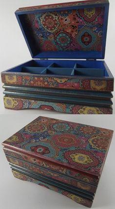 Tamamen el işçiliği ile, ahşap boyama, eskitme ve dekupaj teknikleri kullanılarak dekorlanmış ahşap kutu. Wood painting, handmade, boxes