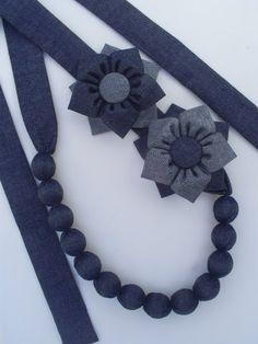 COLAR BOMBOM LAÇO - JEANS Textile Jewelry, Fabric Jewelry, Diy Jewelry, Beaded Jewelry, Handmade Jewelry, Jewellery, Denim Flowers, Fabric Flowers, Denim Earrings