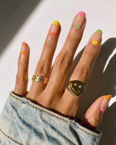 Manucure : cet été on mise sur la tendance des ongles ultra-colorés - Grazia Minimalist Nails, Nail Swag, Stylish Nails, Trendy Nails, Cute Acrylic Nails, Gel Nails, Pastel Nail Art, Gold Nail Art, Nail Polish