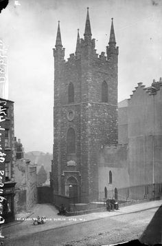 St Audoen's church, Cornmarket, prior to the removal of pinnacles. Purcell's Alley runs down by the front of the church, Bridge Street was realigned in the and this area is barely recognisable today. Ireland Pictures, Old Pictures, Old Photos, Dublin Street, Dublin City, Dublin Ireland, Ireland Travel, Cinema Architecture, Photo Engraving