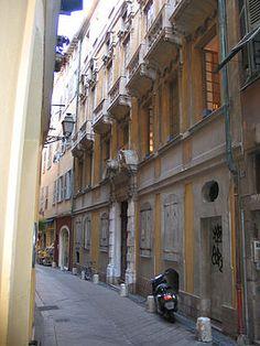 06 Façade du palais Lascaris et entrée du 15 rue Droite. Situé au coeur du Vieux-Nice, il abrite une collection d'environ 500 instruments de musique anciens. Faute de sources documentaires, les architectes du palais ne sont pas connus Son style architectural est du baroque dit génois. Construit dans la 1° moitié du 17° puis au 18°s, il est jusqu'en 1802 la propriété de la famille Vintimille-Lascaris.