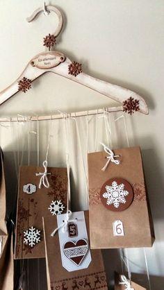 // Bonjour, Aujourd'hui, je viens partager avec vous le calendrier de l'Avent que j'ai réalisé cette année. Le support est un cintre... Advent Calendar, Support, Hui, Holiday Decor, Scrap, Home Decor, Coat Hanger, Bonjour, Gifts