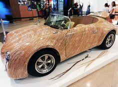 Un coche hecho con flores de coco  La intención del diseñador filipino Clayton Tugonon al realizar este coche era demostrar los límites de la utilización de recursos locales en diseños industriales.