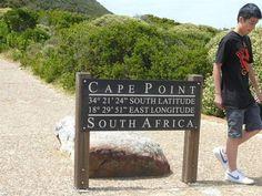 """Situat la 8360 km de Polul Sud, cu ţărmul de vest scăldat de apele reci ale Oceanului Atlantic (8°-15°C), şi cu cel de est mângăiat de apa caldă din False Bay (13°-20°c), Cape Point a fost descris în 1578 de Sir Francis Drake drept """"Cel mai frumos promontoriu de pe toată circumferinţa globului"""" Cape Point face parte din Parcul Naţional al Muntelui Table."""