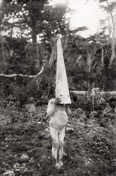 Martin Gunside, L'Esprit des hommes de la Terre de Feu, 1919-1924. Couvert de blanc d'os broyé, un Indien kawésqar représente l'esprit Yincihaua.