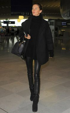 Gisele knows how to rock these leather pants.. with oversized poncho and a structured bag... we like