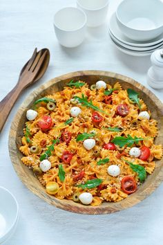 "Recipe ""Pasta salad with red pesto and mozzarella"" yum! - Pasta salad with red pesto and mozzarella njam. Pastas Recipes, Easy Pasta Recipes, Veggie Recipes, Healthy Dinner Recipes, Easy Meals, Recipe Pasta, Chicken Pasta Recipes, Fish Recipes, Fancy Dinner Recipes"