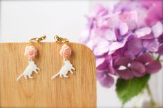 Etsy の Pink Flower White Cat Earrings white cat by CalalaSpoonCat