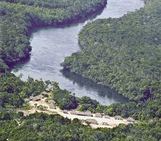 Comunidade Tucumã Rupitá, no Rio Içana (AM), onde em 2005 as mulheres Baniwa decidiram pela comercialização da jiquitaia no sudeste, como alternativa para o desenvolvimento sustentável das comunidades. | Crédito Beto Ricardo/ISA |