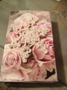 Houten plankje beplakten een mooi papier en een zelf gehaakt sneeuwvlokje.