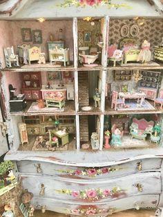 doll house Many Mini Miniatures Miniature Rooms, Miniature Crafts, Miniature Houses, Victorian Dolls, Antique Dolls, Vintage Dolls, Doll Furniture, Dollhouse Furniture, Dollhouse Dolls