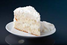 Die Torte in unserem Keto Café! Sie schmeckt sündhaft lecker, ist aber mit nur3,8g Kohlenhydraten pro Stückweit entfernt von einer Sünde. Sie besteht aus zwei saftigen Tortenböden auf Kokosmehlbasis und einer zartschmelzende Kokosmus-Creme. Wer Kokos mag, wird diese Torte garantiert lieben!
