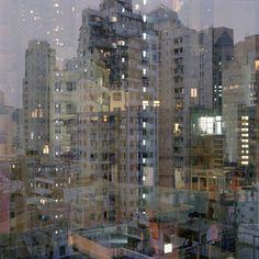 Reflections urbaines de Ward Roberts  Ward s'amuse à prendre des photos urbaines de nuit, combinées avec la reflection de la lumière sur la vitre de sa chambre. En découle un effet de superposition fascinant, une ambiance urbaine ultra densifiée, qui nous fait perdre tout repère.