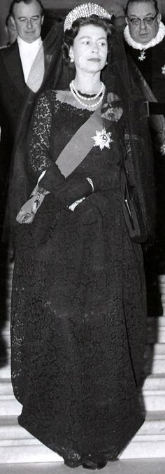 The Queen at the Vatican in 1961 visiting Pope John XXIII. Female non-Catholic Queens wear a black evening gown with veil and jewellery. The Queen's dress was made by Norman Hartnell. Norman Hartnell, Jorge Vi, English Royal Family, Elisabeth Ii, Royal Jewels, Royal Crowns, Female Head, Isabel Ii, Queen Dress