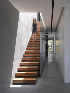 Kolejne nowoczesne wnętrze w luksusowej rezydencji Hezelia Home w Izraelu - zobacz i zainspiruj się! Nowoczesne materiały i oszczędne, stonowane rozwiązania - to jest to! Zwróć uwagę jak wykonane są schody - lekka, konstrukcja i ażurowa forma.