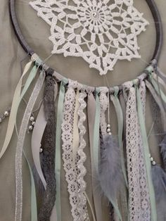 Like the beading on this one Doily Dream Catchers, Dream Catcher Craft, Crafty Projects, Sewing Projects, Projects To Try, Diy And Crafts, Arts And Crafts, Crochet Mandala, Craft Night