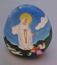 Ovo em marfinite com Nossa Senhora de Fátima e os três pastorinhos