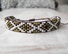 Pretty handmade beaded bracelet! Crochet Gifts, Cute Crochet, Ibiza, Bead Loom Bracelets, Bohemian Bracelets, Loom Beading, Crystal Jewelry, Heart Charm, Pearl White