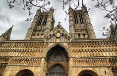 http://guias-viajar.com/inglaterra-escocia-gales/ Fachada principal de la catedral de Lincoln en Inglaterra
