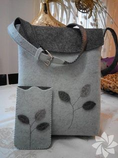 For those who want to make felt bags .- Keçeden çanta yapmak isteyenlere… For those who want to make felt bags … - Felt Diy, Felt Crafts, Felt Purse, Felt Bags, Purse Patterns, Fabric Bags, Knitted Bags, Handmade Bags, Bag Making