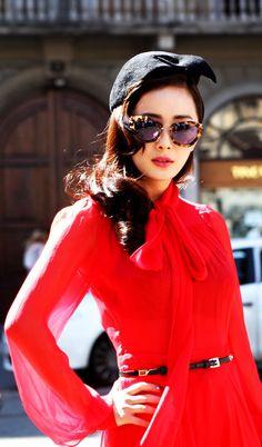 Czerwień panuje też na wybiegach mody.