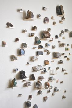 A rock collection statement wall in an eclectic midcentury modern style living room for inspiration to decorate and fill your home with things that bring you joy Eclectic Decor, Modern Decor, Eclectic Style, Statement Wall, Rock Decor, Rock Collection, Crystal Collection Display, Collection Displays, Rock Chic