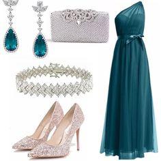 Questo outfit è adatto ad una cerimonia serale: il lungo abito in morbido chiffon accompagna le linee del corpo slanciate dal tacco della scarpa gioiello. Gli orecchini sono veramente un lusso.