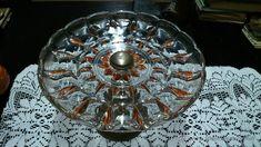 Expositor de tartas de cristal y metal. La base es de metal.