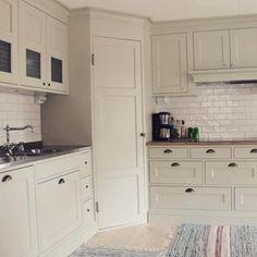 Check sven_snickare's Instagram Förra veckan fick vi fotograferat detta fina pärlgröna kök vi tillverkade i höstas. Många fina detaljer såsom det mönstrade glaset i överskåpen, det stora hörnskafferiet och den stilfullt dolda Solid-fläkten från @fjaraskupan #platsbyggt #kök #pärlgrönt #hörnskafferi #lantstil #lantligt #sekelskifte #snickare #sven_snickare 1212379379374592005_1773872147
