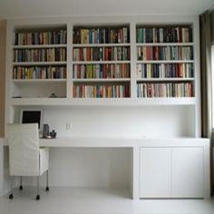 Welke vakman (of vakvrouw) kan voor ons een strak wit (RAL9010) wandmeubel met bureau en boekenkast maken? Conform bijgaand fotovoorbeeld en ontwerptekening. We hebben nu een Ikea Expedit boekenkast staan van gewoon spaanplaat/hardboard/abs met melaminefolie. Die kwaliteit vinden we prima. Werken met standaard witte meubelpanelen is geen probleem (maatvoering kan ik aanpassen). Andere materiaalideeën zijn welkom. De wanden van de kamer worden allemaal vooraf gestuukt en geschilderd (RAL9010)…