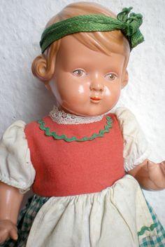 Die Puppe hat eine super süße Ausstrahlung und sehr hübsches Gesicht. Sie trägt alte Original Schildkröt Kleidung, ein altes Dirndl.An den Fingern der linken Hand ist die Puppe repariert.Sie ist auf dem Rücken mit der Schildkrötraute und 25,5 26,5 gemarkt. | eBay!