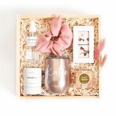 Bridesmaid Thank You, Bridesmaid Gift Boxes, Bridemaid Box, Wedding Gift Boxes, Easy Diy Gifts, Diy Crafts For Gifts, Diy Gift Box, Custom Gift Boxes, Unique Gifts