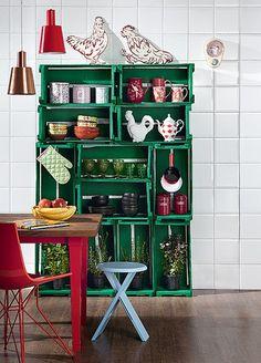 Sem dinheiro para comprar nada? Faça uma estante com caixotes de feira. Para garantir a estabilidade, eles devem ser parafusados uns nos outros. Uma cor vibrante, como o verde, alegra o visual. Produção de Camile Comandini
